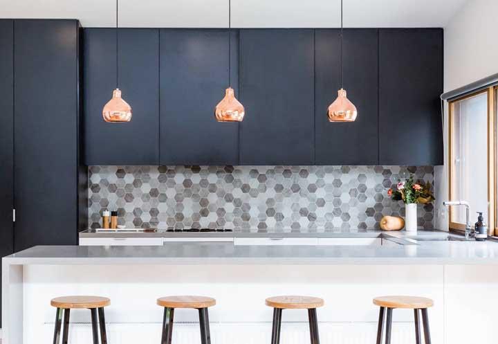 Coloque luminárias suspensas sobre o balcão que divide a cozinha da sala