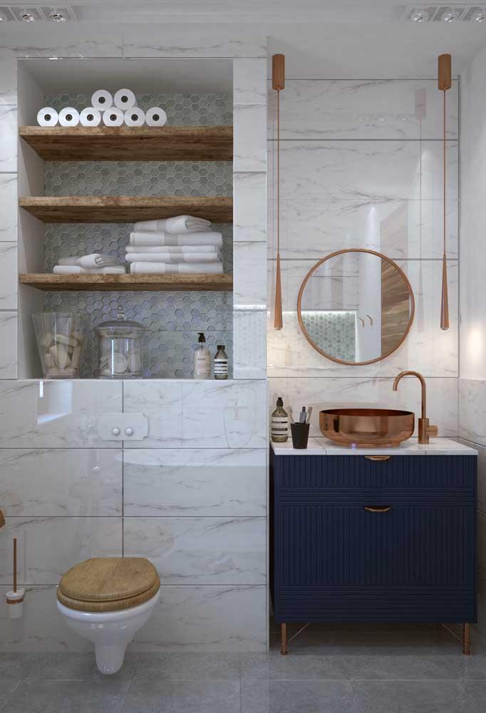 Insira a cor rosé gold nos pequenos detalhes e nos itens de decoração do banheiro