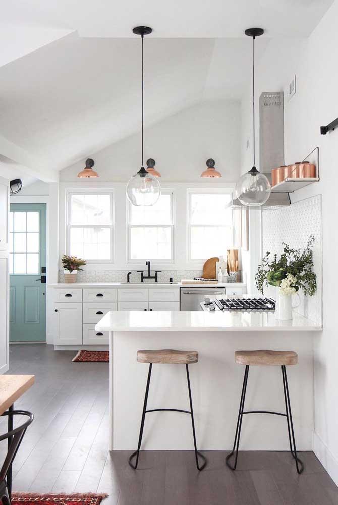 Na cozinha, as luminárias se tornaram o grande destaque da decoração