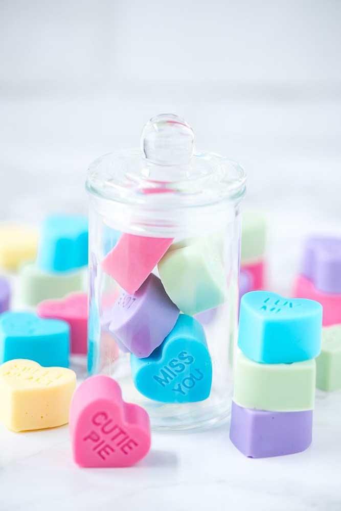 Que tal entregar de presente um pote cheio de sabonetes com frases de carinho?
