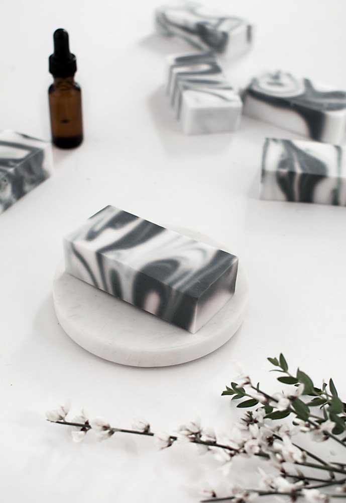 Até efeito marmorizado é possível fazer com o sabonete decorado. Não é incrível?