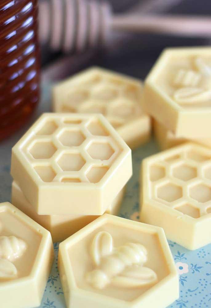 O sabonete no formato de colmeia e abelha fica muito fofo