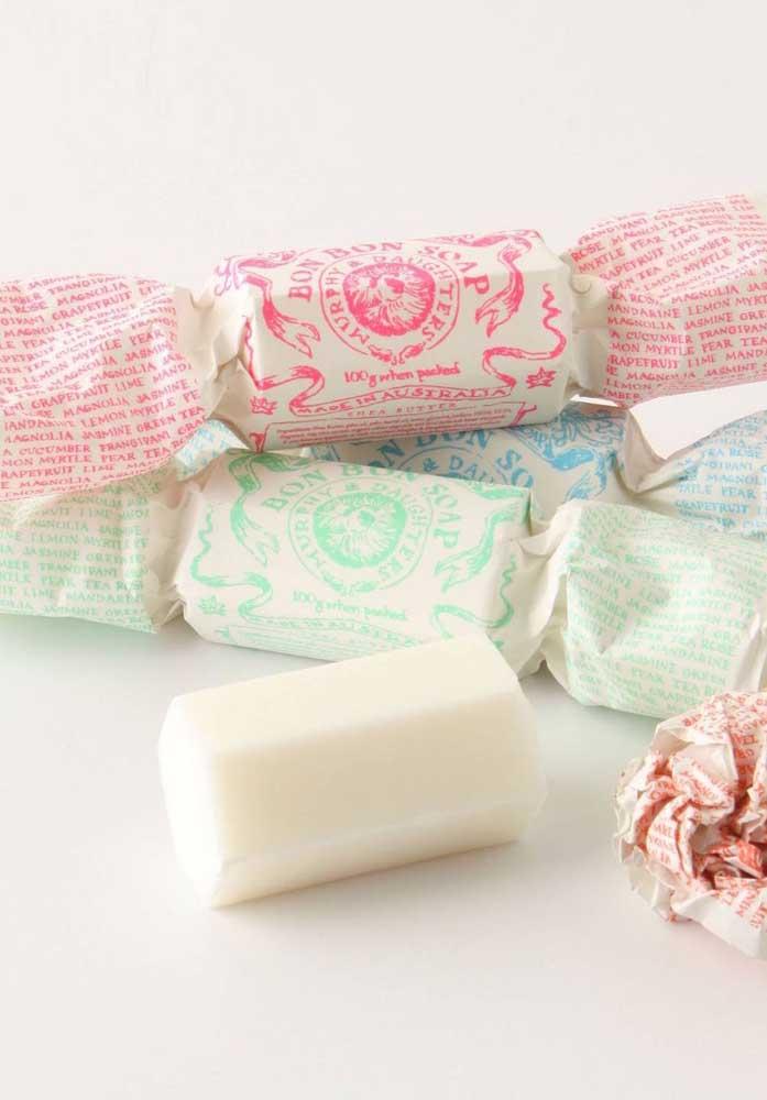 Você pode fazer sabonetes decorados no formato de bala. Para deixar ainda mais parecido, cubra com o mesmo tipo de embalagem