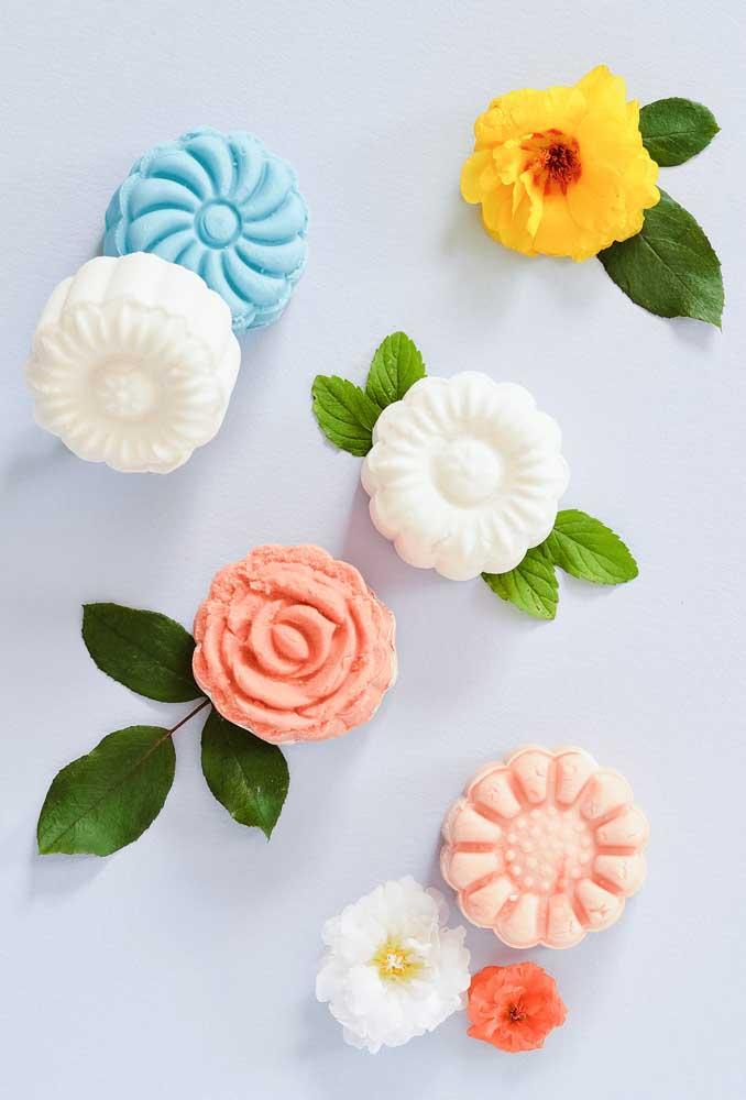 Basta acrescentar algumas folhas para deixar esses sabonetes com a aparência de flores naturais