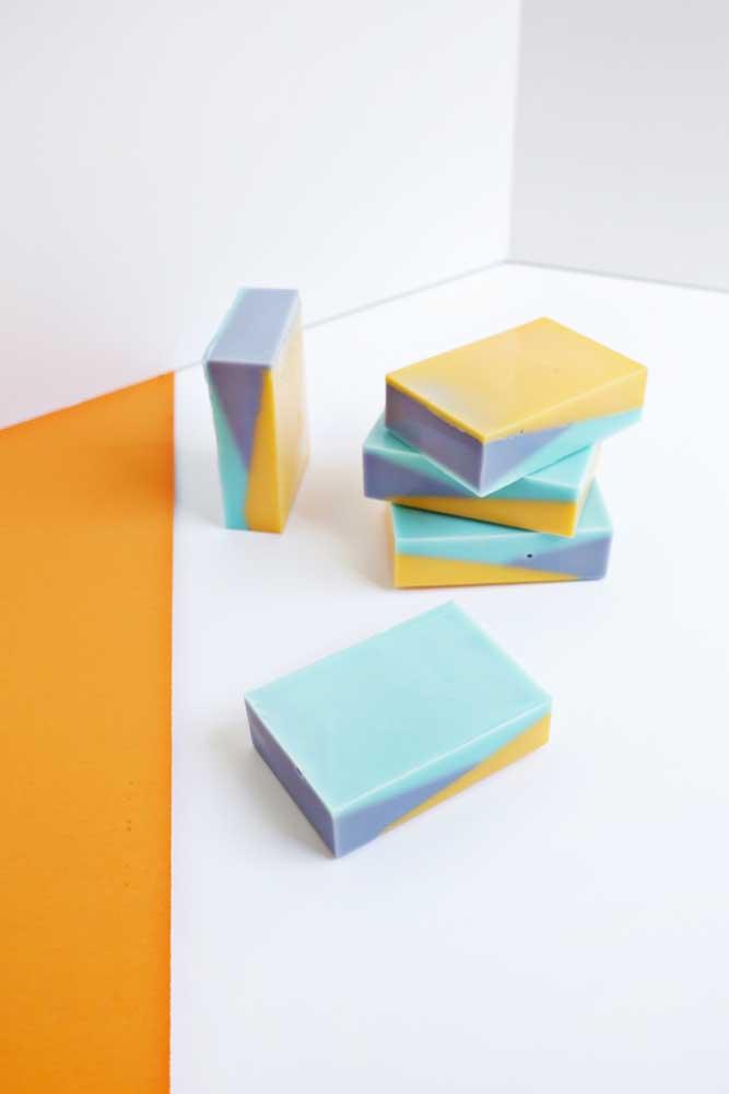 Você pode misturar cores diferentes na hora de fazer um sabonete decorado