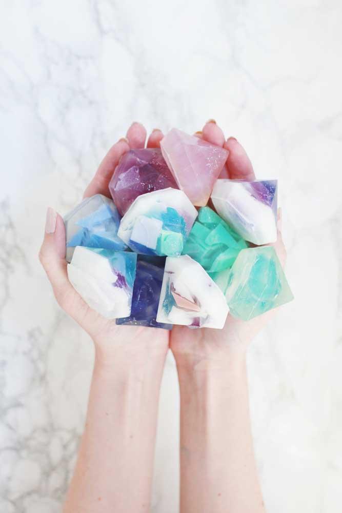 Use diversos tipos de produtos para fazer sabonetes e crie modelos para todos os gostos