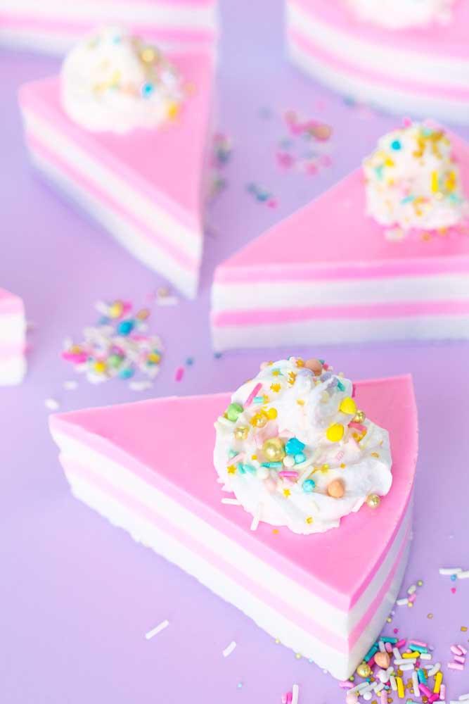 Avise os convidados que esse bolo é de sabonete porque é capaz deles cortarem um pedaço
