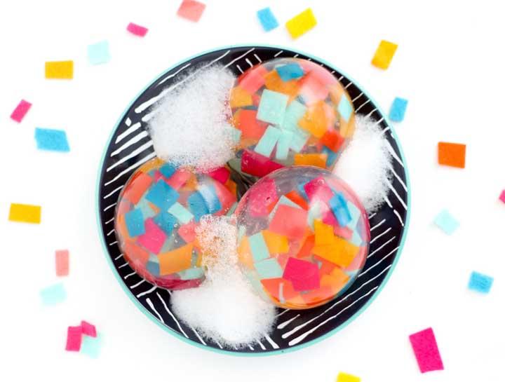Com certeza o banho será muito mais divertido com sabonetes coloridos