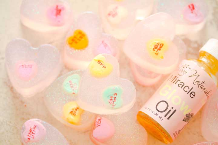 Tem coisa mais fofa do que esses sabonetes com botões? Para completar o cuidado com a pele, entregue um delicioso óleo para passar em todo corpo