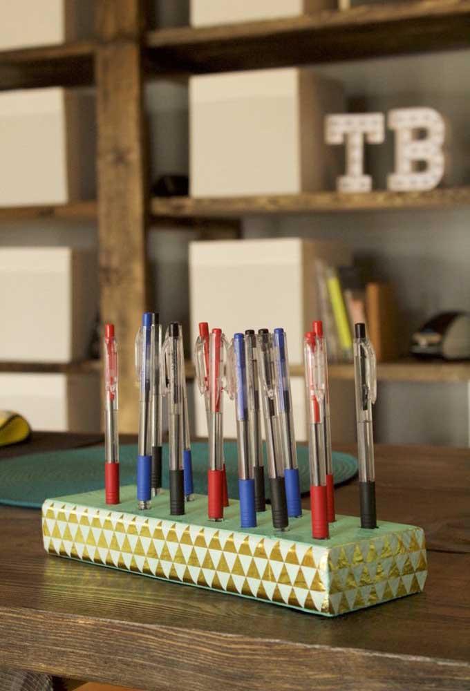 Que tal usar a tampa da caixa de sapato para fazer um porta canetas? O objeto é perfeito para quem tem muitas canetas e quer mantê-las sempre organizadas.
