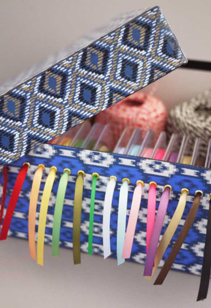 Quem trabalha com artesanato precisa ter tudo muito organizado. Com uma caixa de sapato, você pode separar as fitas por cores que fica mais fácil na hora identificar na hora que estiver trabalhando.