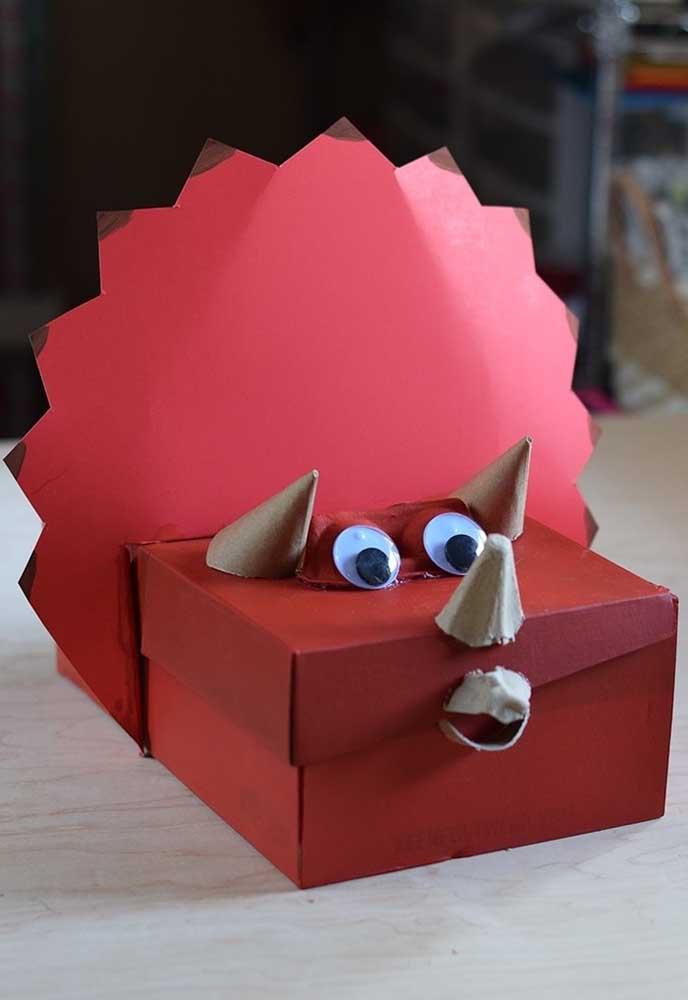 Nas festas de aniversário não podem faltar as lembrancinhas. Para fazer as caixinhas, use caixa de sapato e acrescente alguns detalhes para combinar com o tema.