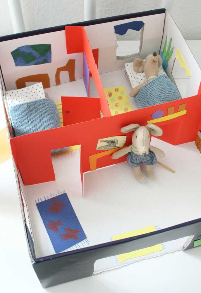 Com uma simples caixa de sapato é possível construir uma casinha de bonecos para a criançada.