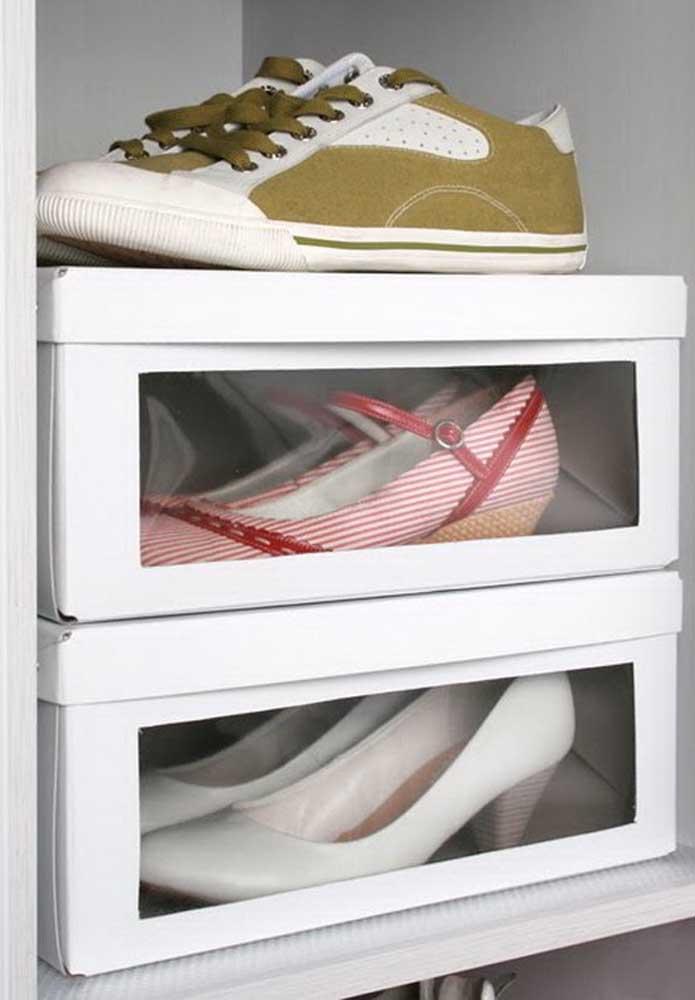 A caixa de sapato pode continuar servindo para colocar seus sapatos dentro, mas você pode diferenciá-lo, colocando uma tela transparente na lateral. Dessa forma, fica mais fácil identificar o calçado, sem precisar abrir a caixa.