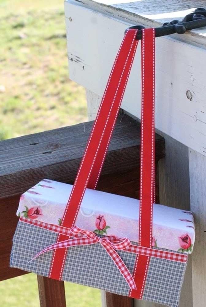 Quem não gosta de fazer um piquenique? Pois bem, uma caixa de sapato bem grande pode ser usada como cesta para levar as guloseimas, basta apenas fixar alças para carregá-la para todos os lados.