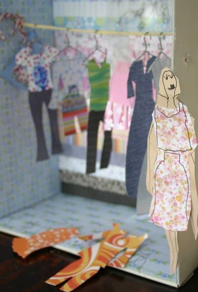 Qual a criança que nunca brincou de boneca de papel? Que tal pegar uma caixa de sapato para montar o armário da boneca?
