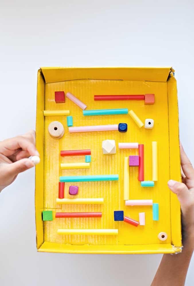 Usando só a capa da caixa de sapato você consegue fazer um brinquedo divertido.