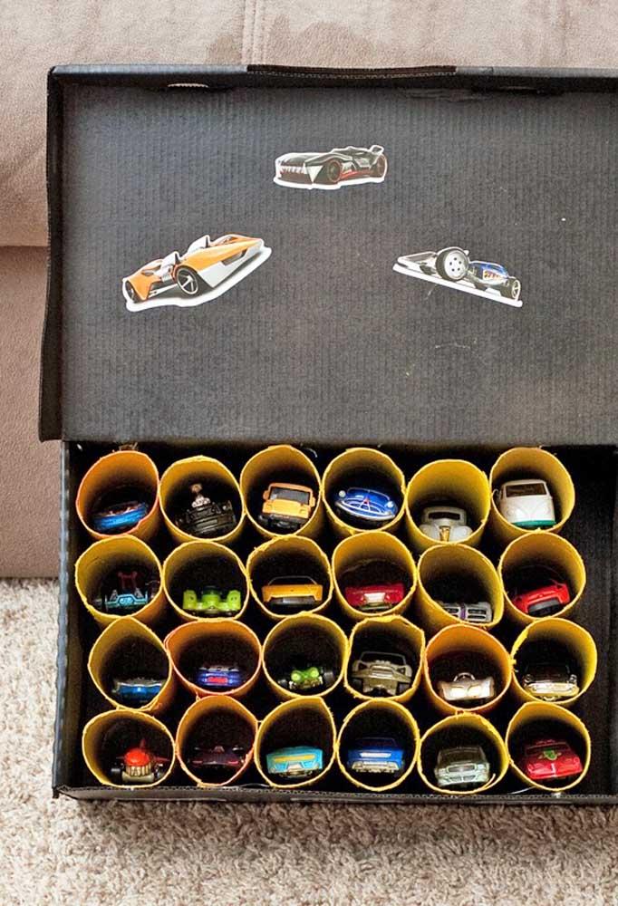 Os carrinhos da Hot Wheels podem ser organizados dentro de um rolo de papel cartolina. Depois é só enfileirar dentro da caixa de sapato.