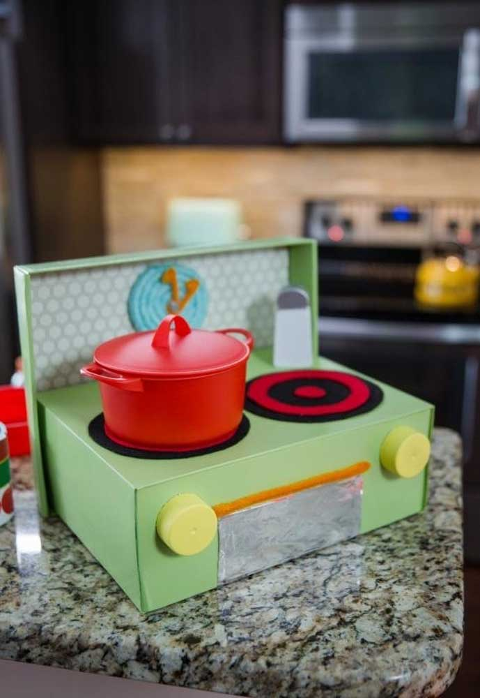 Até um fogão é possível fazer com caixas de sapato. As meninas vão adorar o resultado.