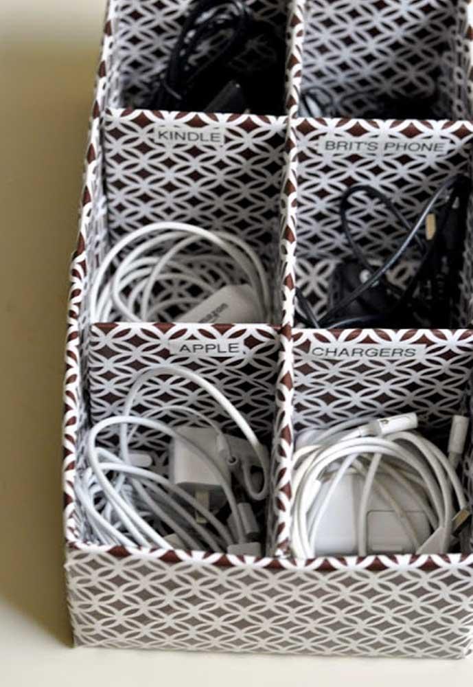 Não há nada mais estressante do que ver os cabos, adaptadores, fones de ouvido e carregadores de celular, todos misturados. Para mantê-los organizados, pegue uma caixa de sapato, faça algumas divisórias e coloque cada objeto dentro.