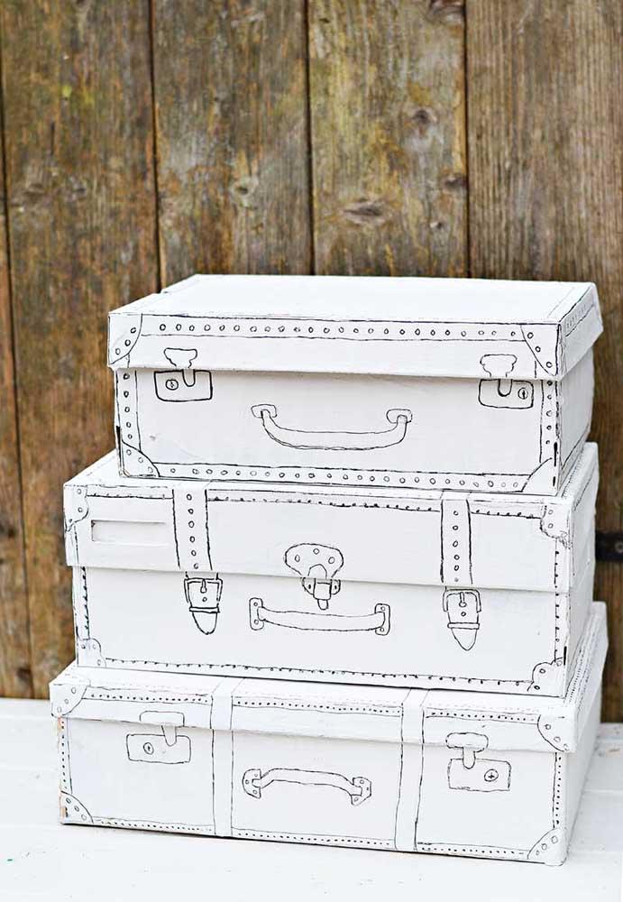 Que tal preparar bagagens de tamanhos variados com caixa de sapato? Para deixá-las no formato ideal, desenhe os detalhes da mala.