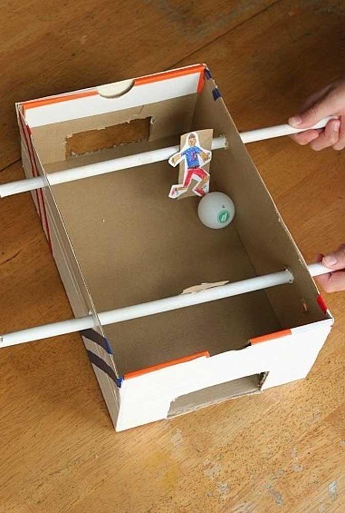 Até um pebolim é possível fazer usando apenas a caixa de sapato.