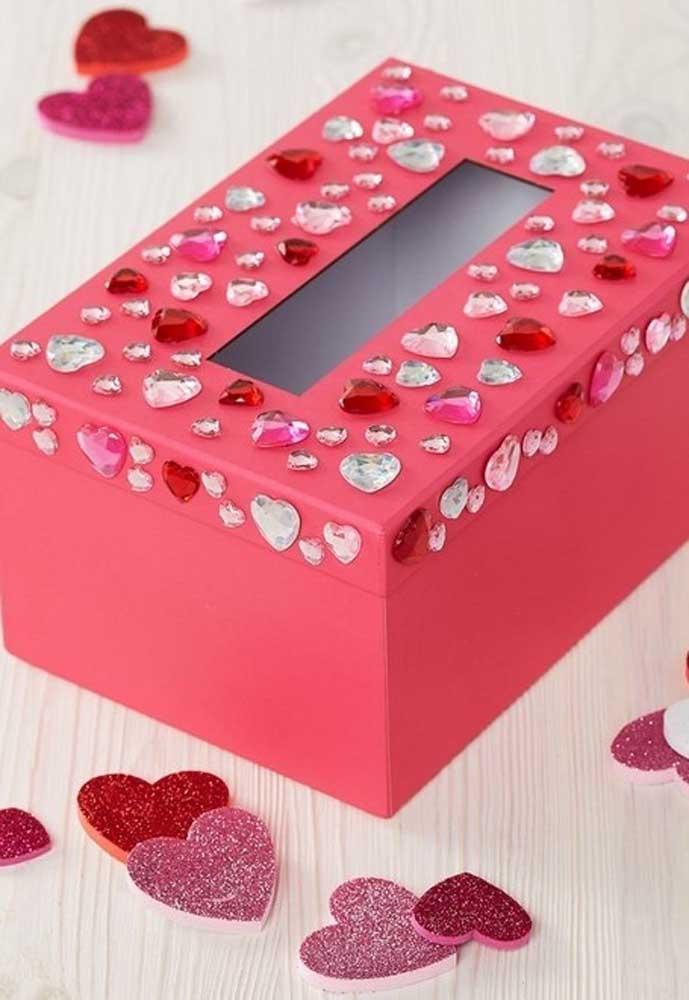 Quer fazer uma caixinha diferente para dar de presente? Use papel no tom de sua preferência e capriche nos enfeites.