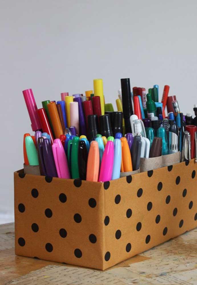 Quer deixar suas canetas organizadas? Pegue uma caixa de sapato, forre com a estampa de sua preferência e faça algumas divisórias.