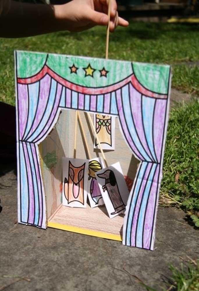 Vamos fazer um teatro para a criançada? Basta usar uma caixa de sapato e personalizar como se fosse um palco e suas cortinas.