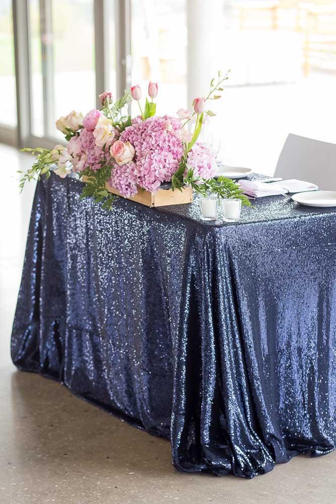 Azul e muito brilho; para fechar a proposta um arranjo cor de rosa criando contraste e charme na decoração