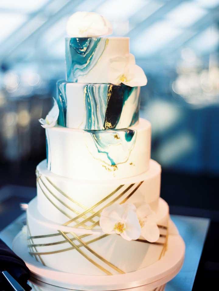 Aposte na sofisticação do azul, dourado e branco para o bolo do casamento, conte com a ajuda da pasta americana para isso