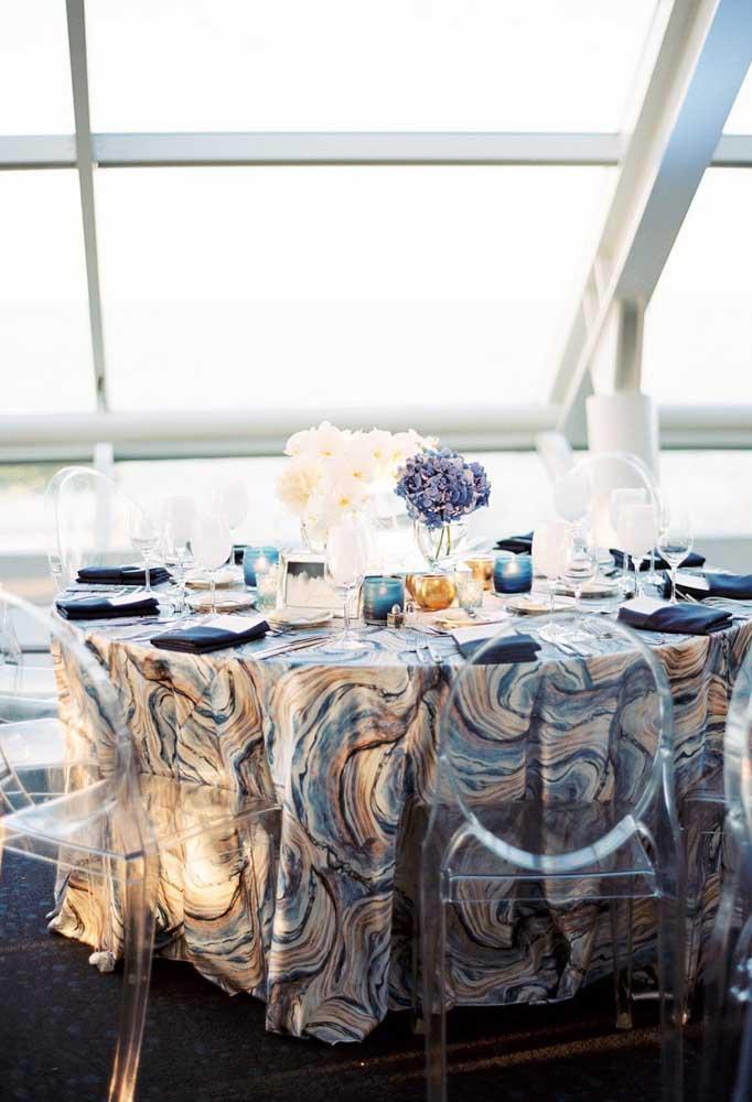 A toalha de mesa abstrata nas cores azul, amarelo e branco reafirma a tendência moderna dessa decoração de casamento