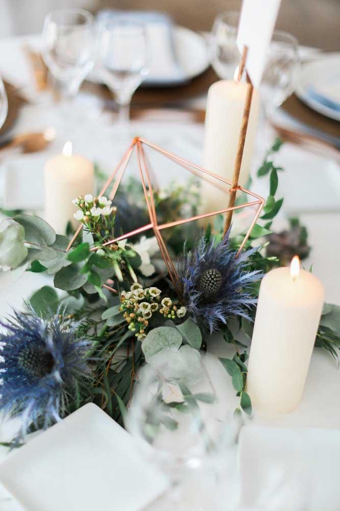 Quer usar flores azuis? Então aposte nas naturais, como hortênsias e violetas, as mais comuns