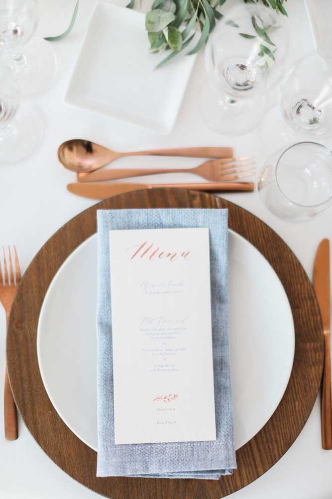 A neutralidade do guardanapo azul arremata com elegância a decoração da mesa