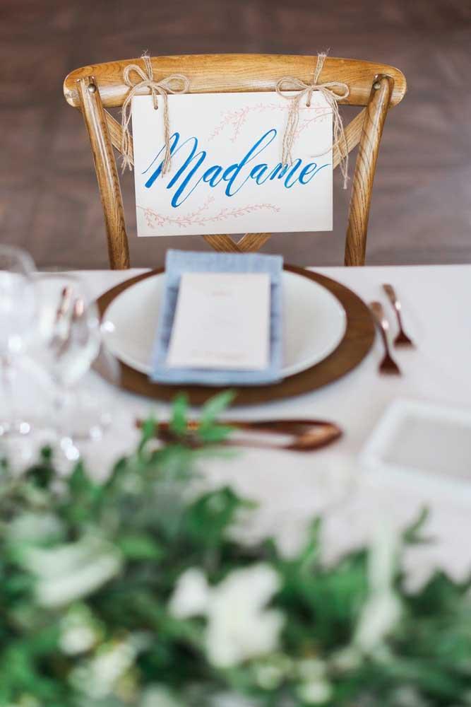 E para combinar, a placa de letras azuis reservando o lugar dos convidados