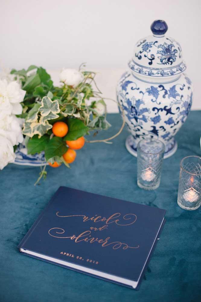 A louça tipicamente portuguesa dá o toque de refinamento para mesa onde o livro de mensagens foi colocado