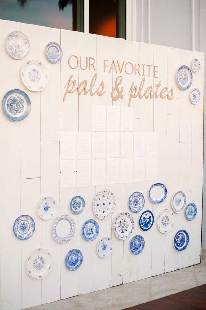 E por falar em louça portuguesa, olha esses pratos! O azul característico desse tipo de louça foi usado para criar um painel