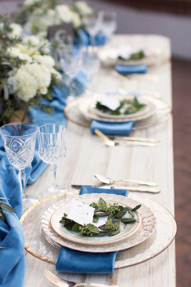 Os detalhes em azul dão o toque de charme e elegância para essa decoração de casamento, especialmente quando combinado aos filetes dourados da louça