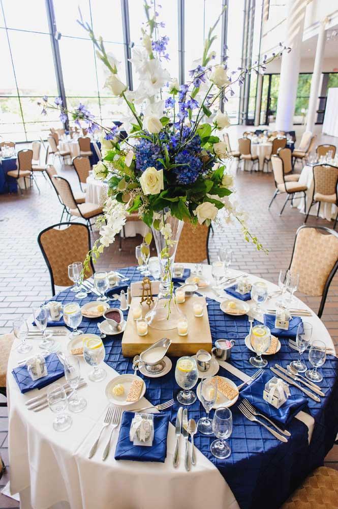 Decoração de casamento azul e amarelo repleta de elegância e sofisticação