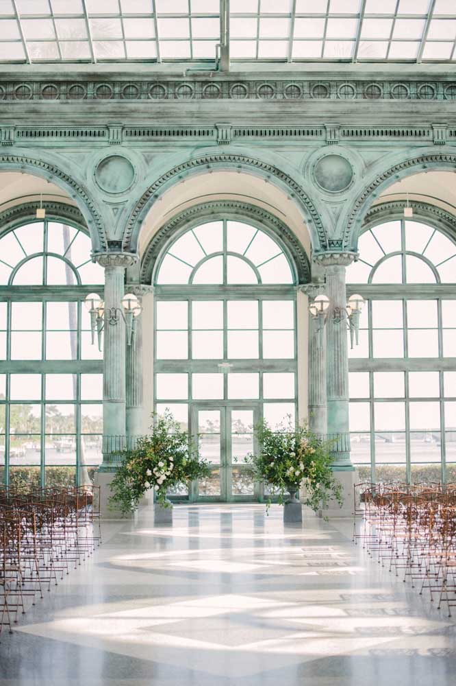 Aqui é o azul da arquitetura que decora o casamento