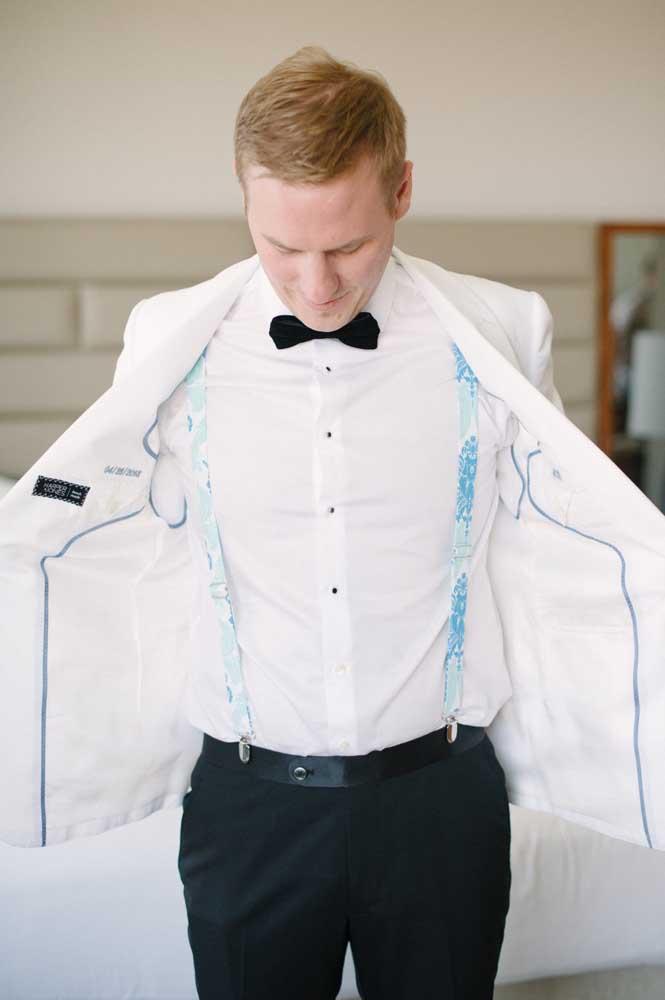 Até a roupa do noivo entra na proposta azul e branco da decoração