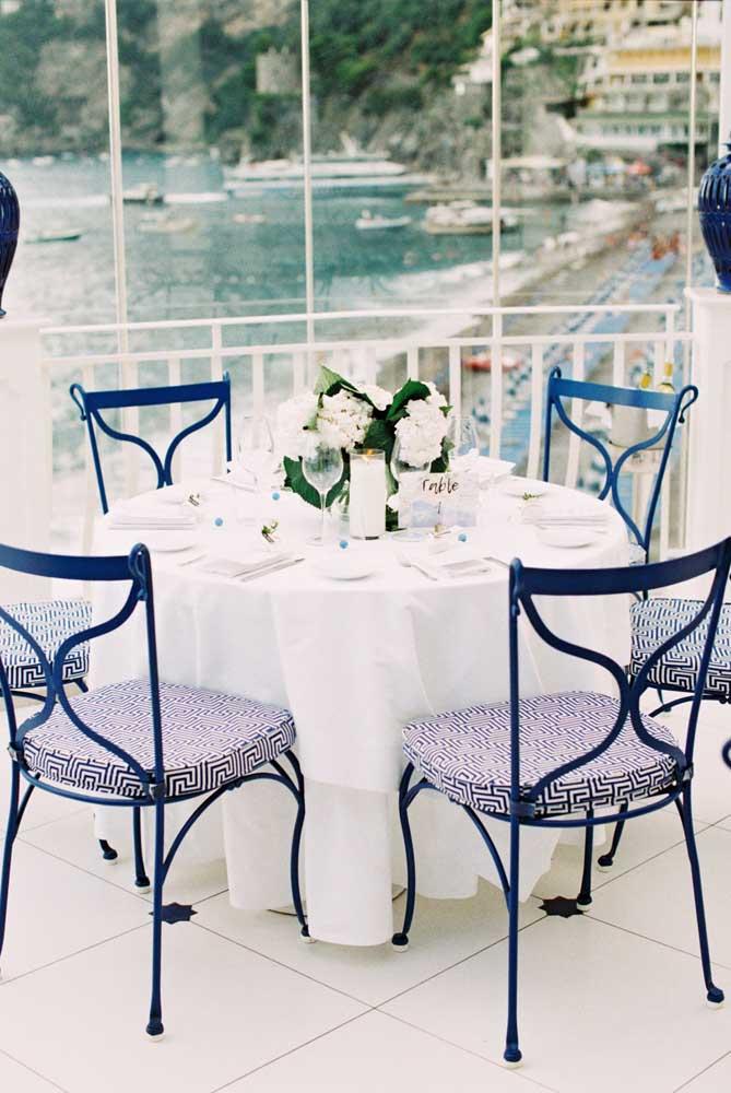 O casamento a beira mar apostou no tom de azul royal para uma decoração estilo navy