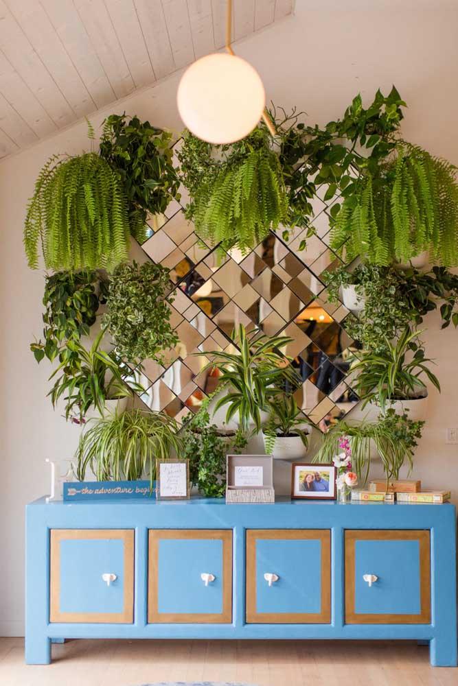 Jardim vertical, espelhos e móvel azul turquesa: uma combinação e tanto para uma proposta retrô de decoração de casamento