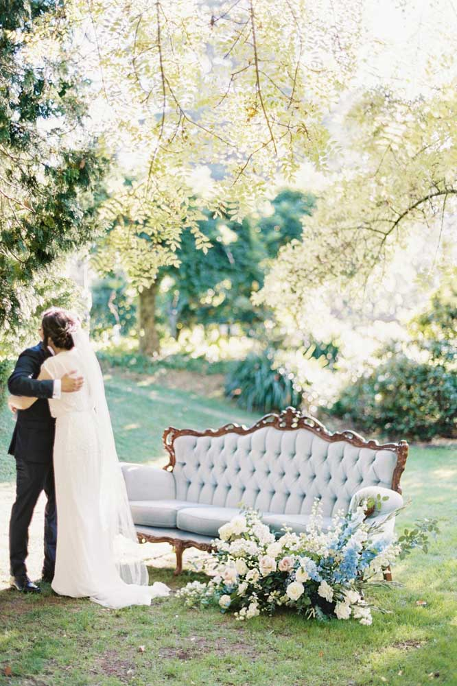 Quando o clássico e o rústico se encontram em uma decoração de casamento azul o cenário fica assim