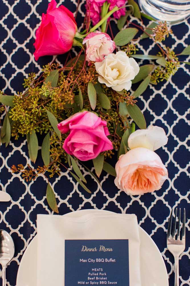 Coloque uma estampa tendência para decorar as mesas da festa
