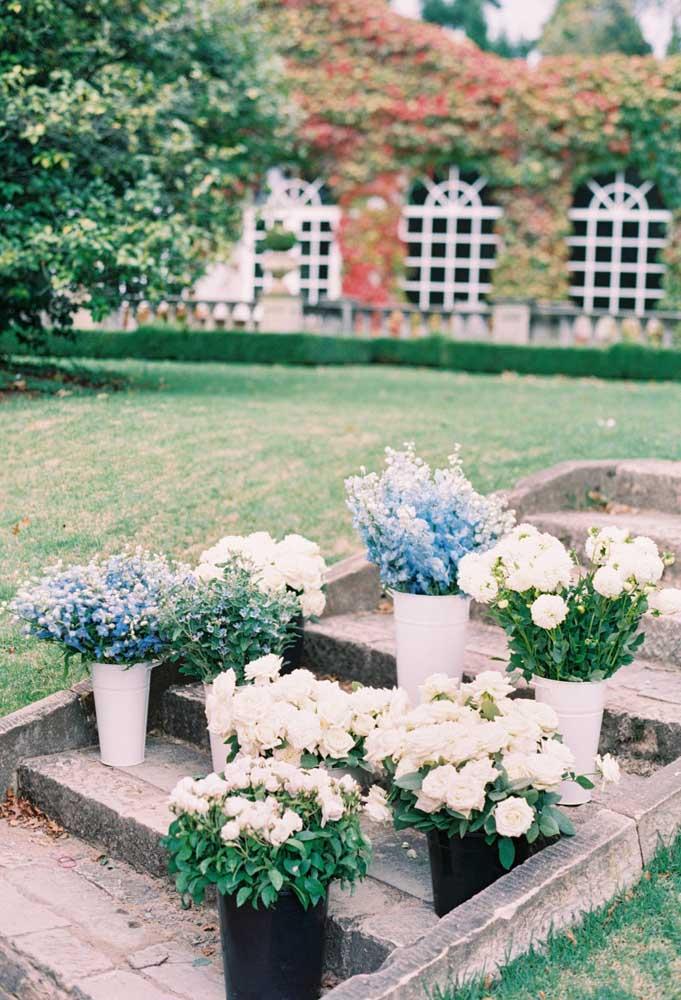O delicado azul e branco das flores para decorar a escada do casamento