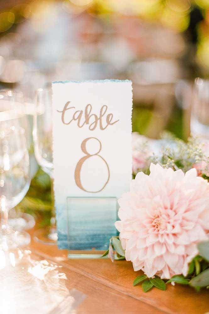 Casamento despojado optou por usar um degradê suave de azul combinado ao cor de rosa das flores
