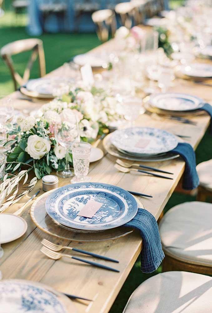 Azul, dourado e madeira formam uma decoração rústica e sofisticada para esse casamento