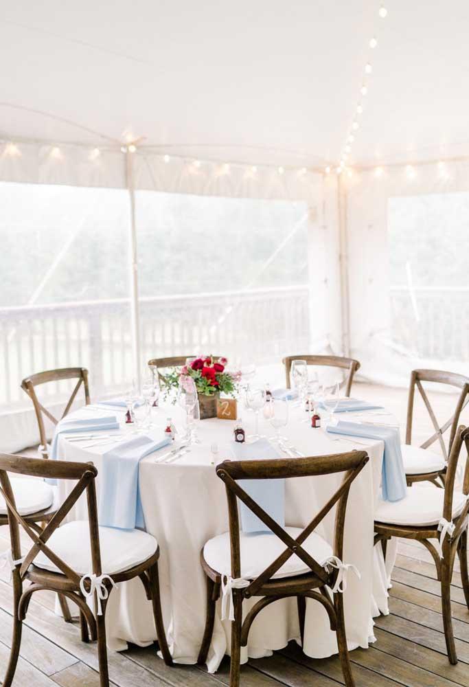 Tudo muito clean, suave e iluminado nesse casamento branco e azul claro