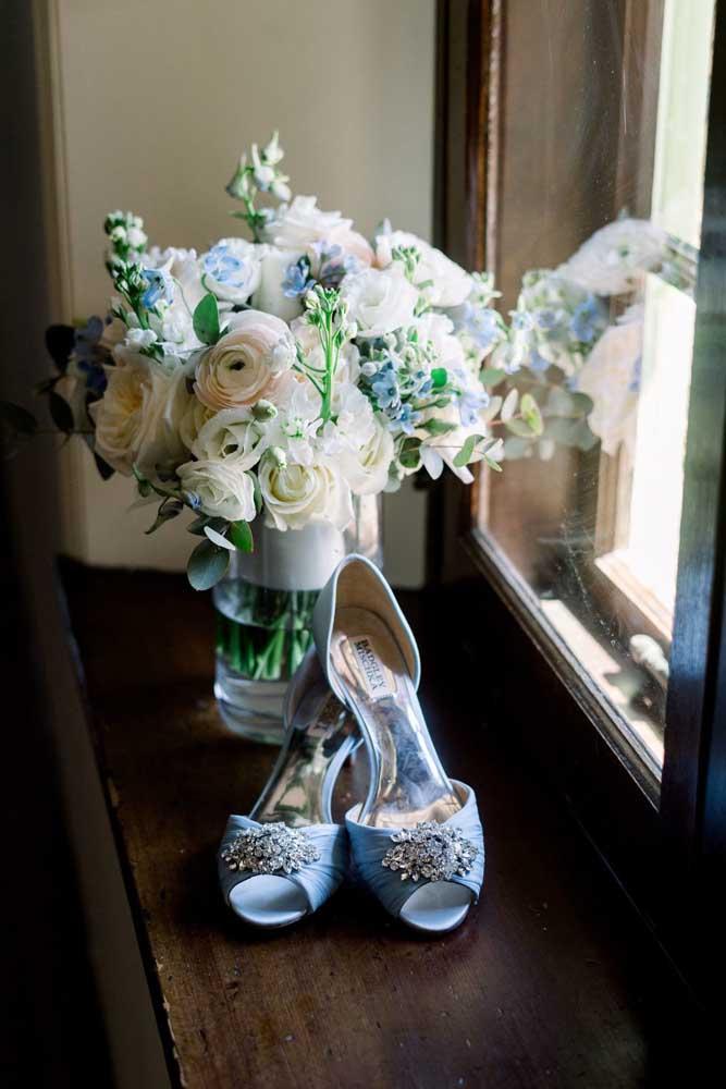 O sapato azul coloca a noiva em sintonia com a decoração do casamento